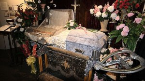 A casket at the Museum of Funeral Customs, Springfield, Illinois, 2006. (Wikimedia Commons: Robert Lawton.)