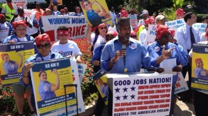 Striking federal contract workers call for the right to bargain collectively in front of the White House, June 23, 2014. (Image: Good Jobs Nation)
