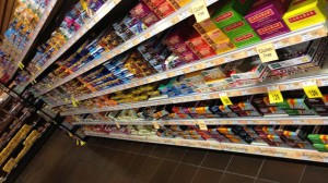 Snack bars line a grocery shelf. (Image: Wikimedia Commons/ Philrj)