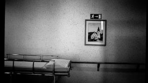 A gurney sits in a hospital hallway. (Image: Flickr/  #300091984)