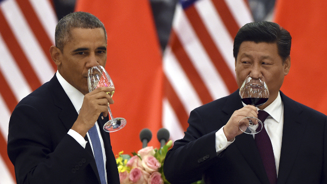 US President Barack Obama and Chinese President Xi Jinping drink a toast at a lunch banquet in the Great Hall of the People in Beijing on Nov 12, 2014. (Photo by Greg Baker/AFP)
