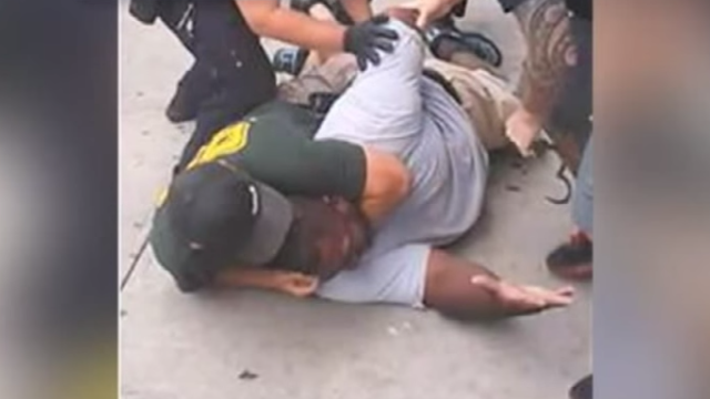 NYPD officer Daniel Pantaleo applies a chokehold to Eric Garner on July 17, 2014. (Image: