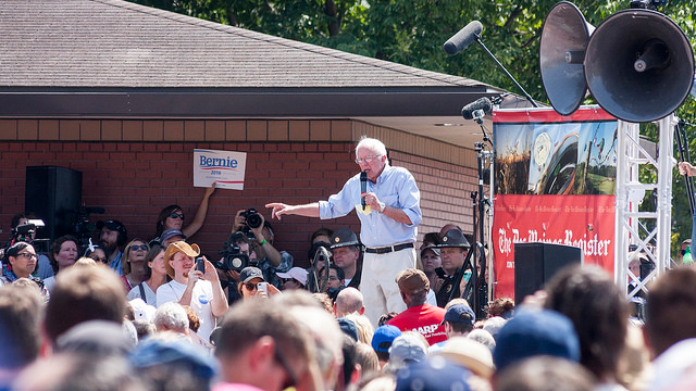 Bernie Sanders speaks to thousands of people during his remarks at the Des Moines Register's political soapbox at the State Fair. (Credit: Phil Roeder / Flickr / CC 2.0)