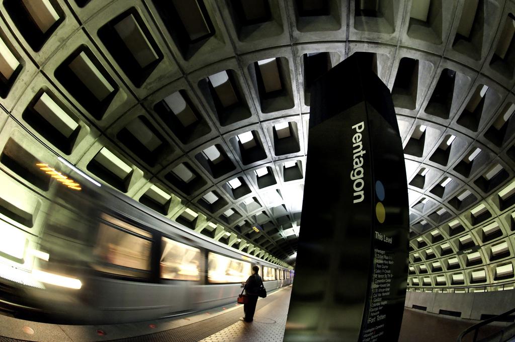 Pentagon / El pentágono (la estación del metro) Arlington County, Virginia. (Credit: Sari Dennise, CC BY-NC 2010)