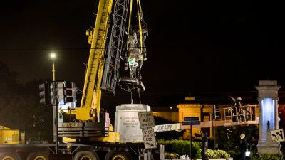 A crane lifts the P.G.T. Beauregard monument during its removal on May 17, 2017 in New Orleans. (Photo by Josh Brasted/Getty Images)