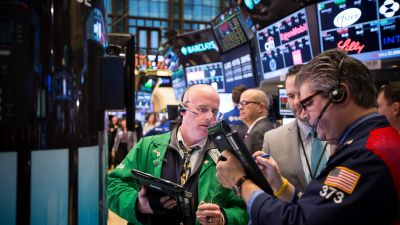 Traders on the floor of the New York Stock Exchange (NYSE) on Jan. 20, 2016. (Photo by Michael Nagle/Bloomberg via Getty Images)