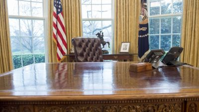 US President Donald Trump's desk, the Resolute Desk, is seen in the Oval Office of the White House in Washington, DC, March 31, 2017. / AFP PHOTO / SAUL LOEB (Photo credit should read SAUL LOEB/AFP via Getty Images)